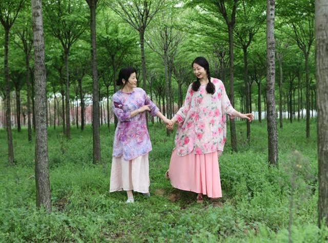像她倆那樣,去拍春天的照片:清明郊外踏青去,大媽春色也明媚