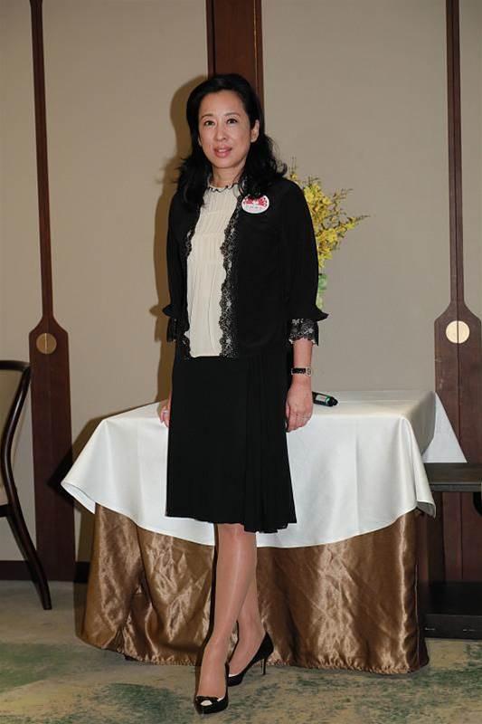 郭晶晶婆婆衣品不俗,穿一身黑白配高級優雅,簡簡單單就很有氣韻
