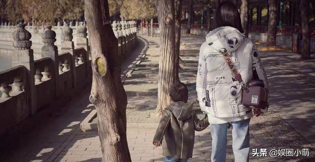 孫莉帶孩子去游樂園,小兒子還沒妹妹人兒那么像黃磊,眼睛小小的