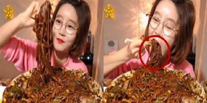 美女大胃王挑戰5斤炸醬麵,開吃就露出馬腳,網友:當我們眼瞎?