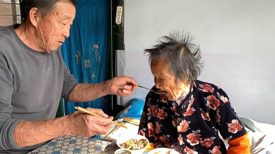 98歲媽媽輪到二兒子家,看兒子怎麼對她,人老了真難