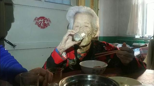 101歲老小孩,養育8個子女,個個孝順,心情舒暢的生活