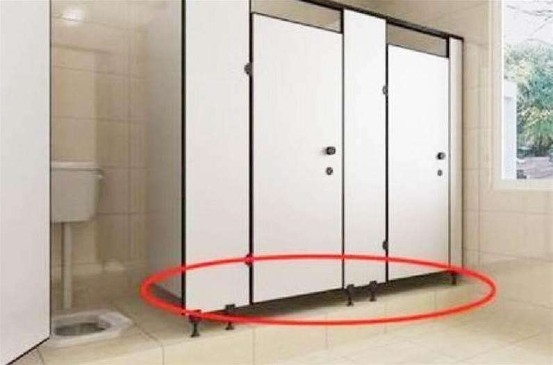 為什麼女廁所門下會留一條縫隙?原來是方便做這事,你還別不信