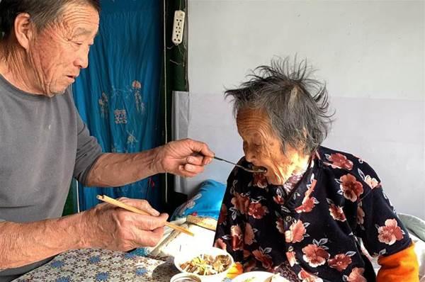 98歲媽媽輪到二兒子家,看兒子...