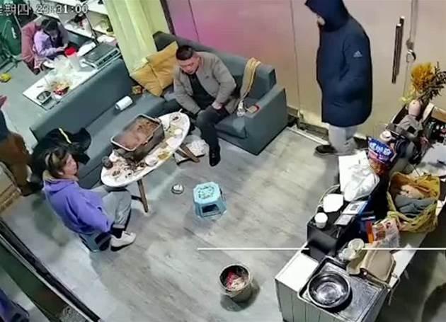 天氣冷一家人在室內吃炭鍋,導致一氧化碳中毒紛紛倒地,整個過程曝光