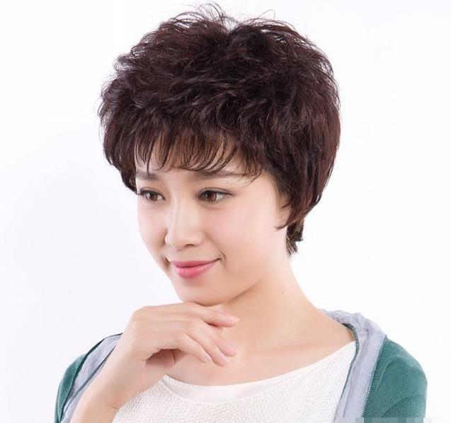 阿婆满头白发想剪下头发,发型师坚信这款短发一定是最图片