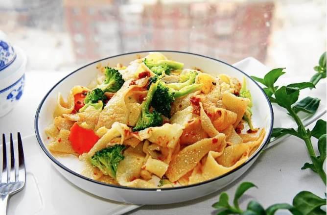 白菜汁寬湯麵片的做法,別看太簡單,營養不缺失,吃得真爽!