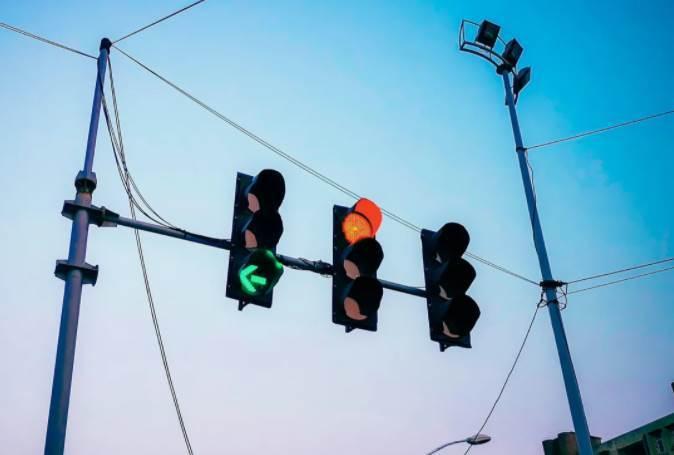 「紅綠燈變換標準」 更新:稍不慎扣6分罰200!過路口,可要多想想...