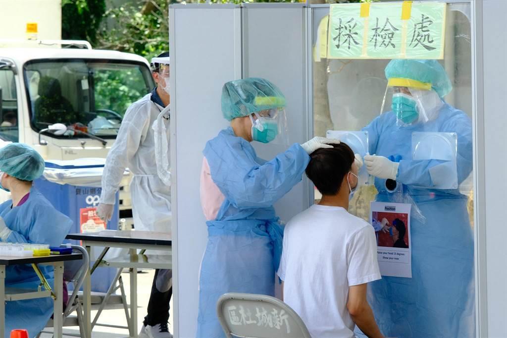 臺灣疫情嚴峻,各縣市陸續成立快篩部隊。(羅浚濱攝)